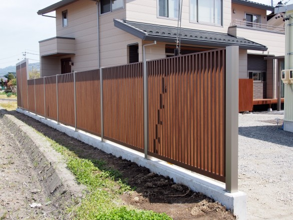 フェンスの下にはしっかりとコンクリートの基礎を施工しました。